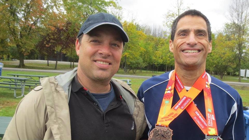 Éric Fleury (gauche) avec un coureur des Courses thématiques - Photo: Courtoisie