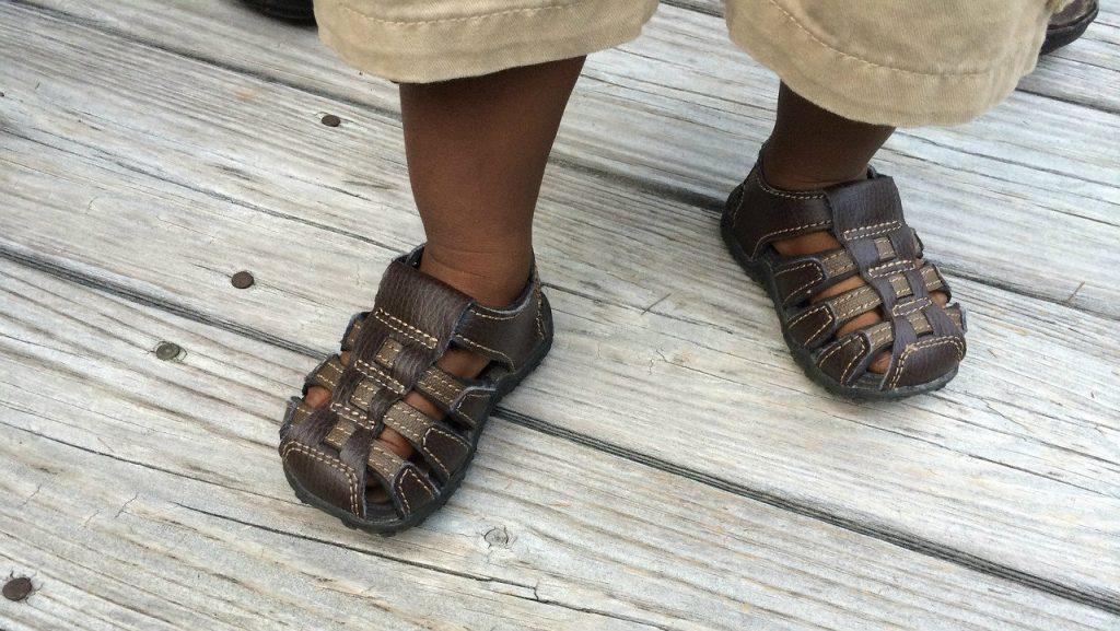 pieds_enfants_sandales_photo_clmcghee