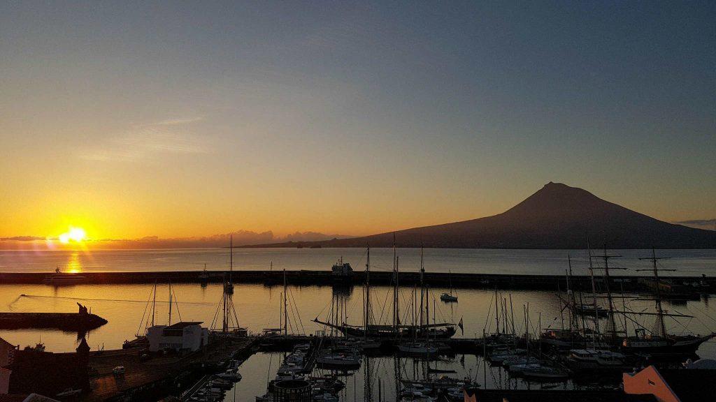 Le volcan Pico au large de l'île de Faial, aux Açores, Portugal - Photo courtoisie