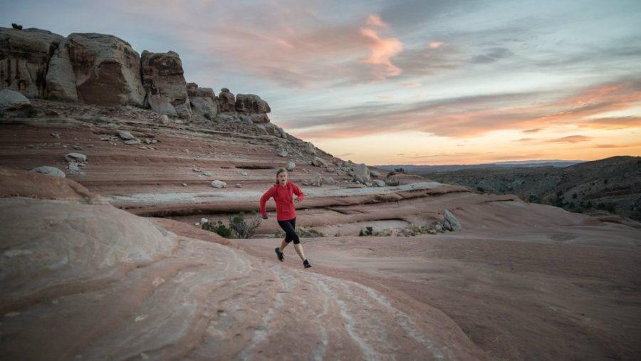 Une image extraite du film Changing Course illustrant une coureuse dans le désert.