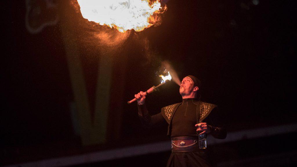 """Un cracheur de feu a mis de la """"chaleur"""" à l'ambiance du Trail nocturne vendredi soir - Photo : Muriel Leclerc"""