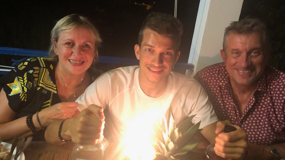 Caty, la mère de Mathieu, et son père Jean-Louis, ont fait le voyage depuis la France métropolitaine pour fêter l'anniversaire de leur fils à la Martinique - Photo : Vincent Champagne