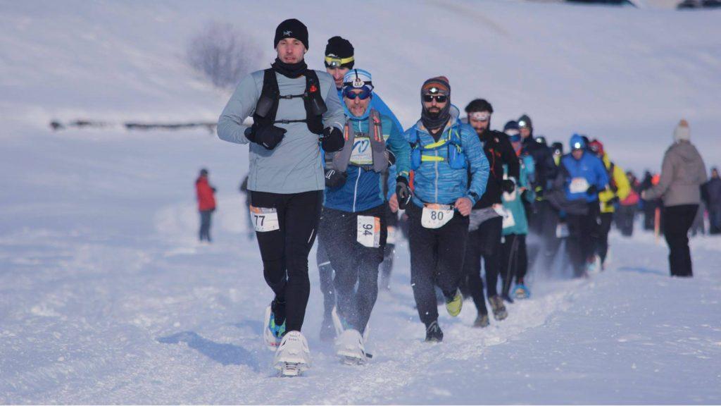 Benoit Gobeil et Stéphane Perron, suivis de la cinquantaine de participants à la traversée du lac Saint-Jean en courant - Photo : courses CRYO
