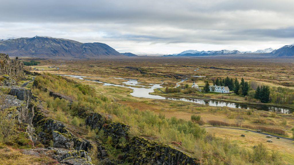 Le parc national de Thingvellir est un site historique à l'est de Reykjavík. Il est connu pour l'Alþing, le lieu où se tenait le parlement islandais du 10e au 18esiècle. Le parc est situé dans une vallée à la jonction de deux plaques tectoniques. Il laisse toute une impression aux visiteurs avec ses falaises rocheuses et ses fissures immenses - Photo: Christian Dionne