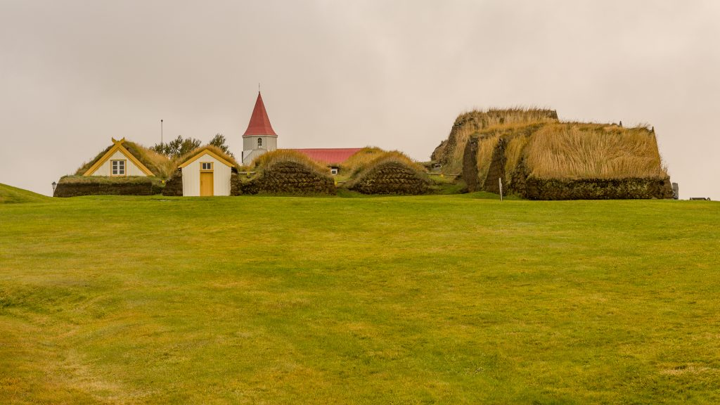 La femme Glaumbær est probablement la plus belle représentation des fermes et maisons de tourbe d'Islande. Les pierres présentes dans ses murs proviennent d'autres fjords et la tourbe y est parfaitement découpée. La ferme est présente sur ce site depuis le 11e siècle. Photo: Christian Dionne