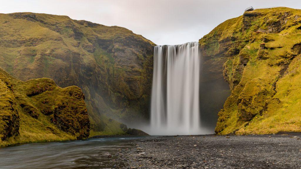 L'Islande est un pays de chutes et de cascades spectaculaires. Skógafoss en est une située sur la rivière Skógá, dans le petit village de Skógar, dans le sud du pays. Cette rivière tombe de 62 mètres en formant une cascade d'une largeur de 25 mètres. C'est l'une des chutes les plus célèbres et des plus visitées. Photo: Christian Dionne