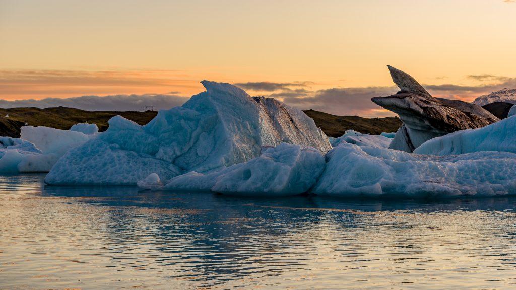 Jökulsárlón est une lagune glaciaire à la limite du parc national de Vatnajökull, dans le sud-est de l'Islande. Ses eaux bleues sont parsemées d'icebergs provenant du glacier Breiðamerkurjökull. Cette lagune s'écoule par un petit chenal vers l'océan Atlantique, laissant choir au passage des morceaux de glace sur une plage de sable noir. Photo: Christian Dionne