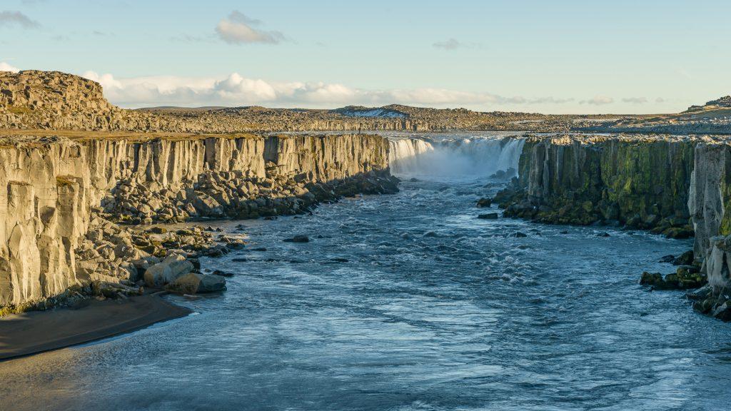 Il y a plusieurs cascades le long de la rivière Jokulsargljufur, toutes très différentes. Parmi elles, Selfoss fait 10 mètres de haut et s'étend en chutes multiples sur une grande largeur. Photo: Christian Dionne