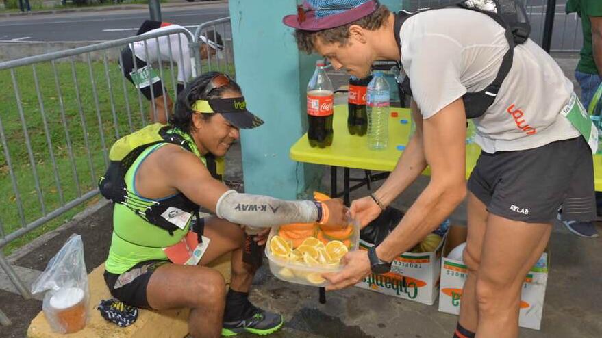Après son abandon sur le 83 km, Mathieu Blanchard a donné un coup de main à Sangé Sherpa - Photo TNBT