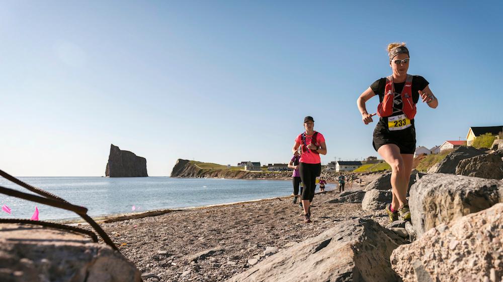 Des coureuses sur le circuit de la Gaspesia 100 - Photo : Événements Gaspesia