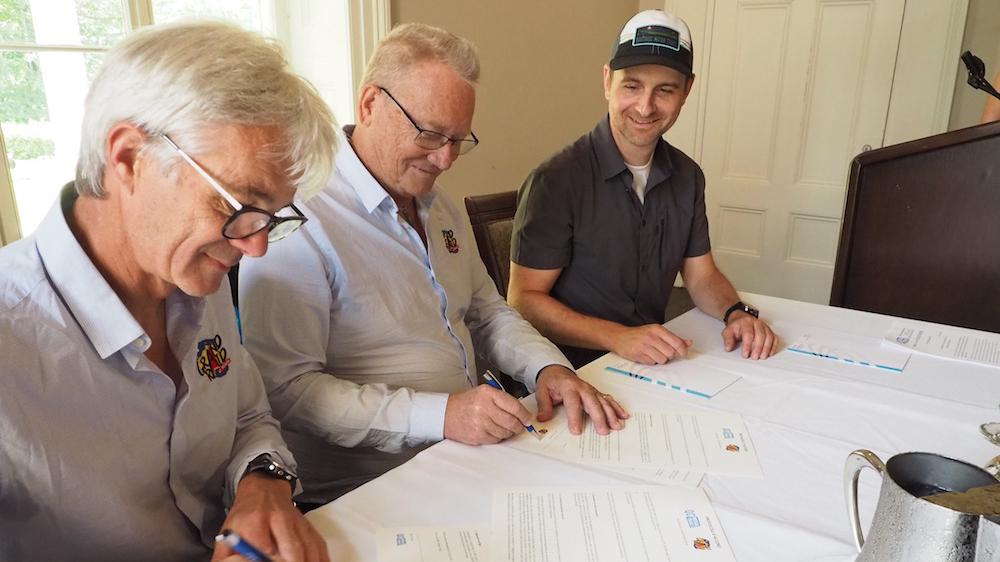 Denis Boullé, directeur de course du Grand Raid, Jean-Louis Barbier, coordonnateur du Grand Raid et Jean Fortier, directeur du Québec Méga Trail, signent l'entente qui scelle leur partenariat - Photo : Vincent Champagne