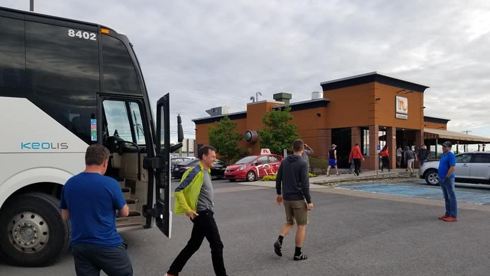 L'autobus s'est arrêté dans les restaurants Normandin grâce à une commandite. - Photo : courtoisie
