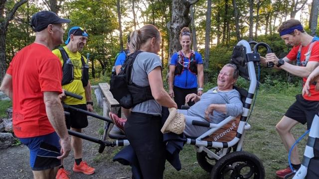 Des membres du Club de trail de Bromont font une sortie avec un dahü - photo : courtoisie