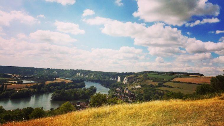 Sur les falaises de calcaire de Normandie, le long de la vallée de la Seine, où passe notamment le Trail des Rois Maudits