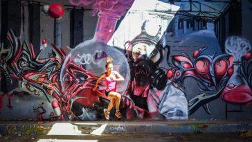 La traileuse Sylvaine Cussot lors d'une séance photo dans une usine désaffectée