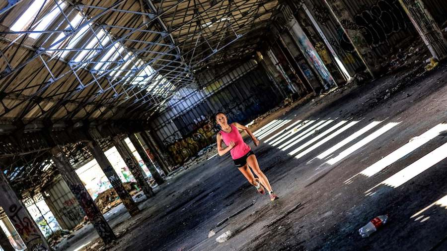 Sissi Cussot lors d'une séance photo dans une usine désaffecté