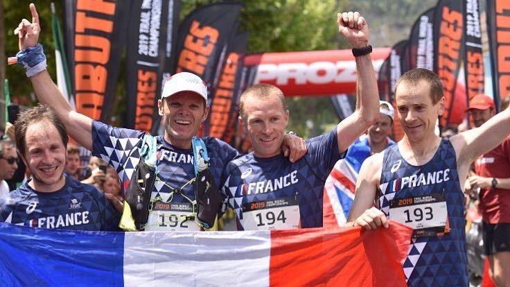 Manu Meyssat dans les marches de la Tour Eiffel avant de passer la ligne d'arrivée en vainqueur