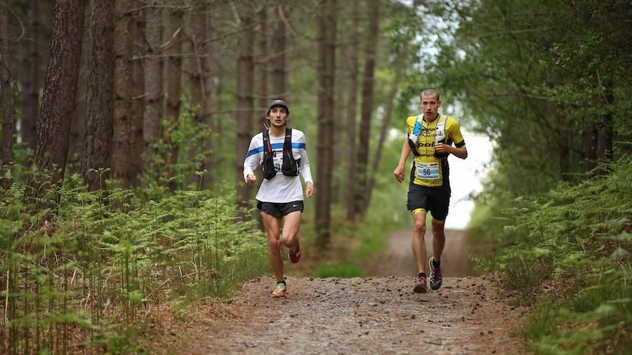 Nicolas Duhail (à droite) sur le parcours du Trail des Cerfs