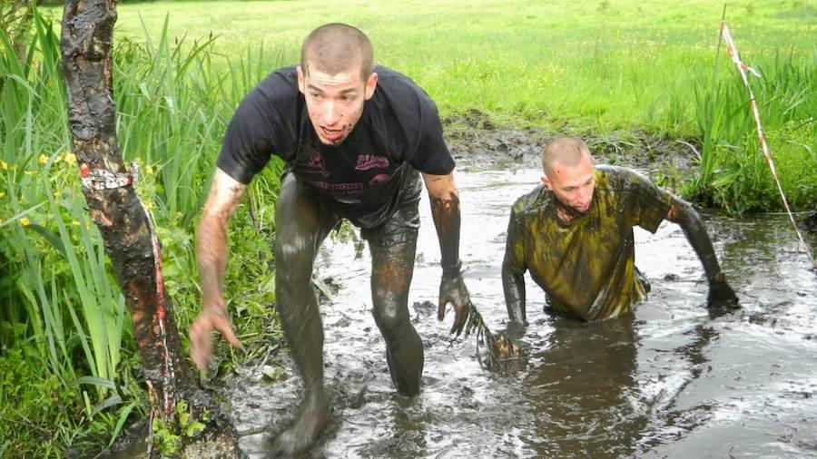 Nicolas Duhail crapahute dans une mare de boue sur le parcours du Contre la Montrail