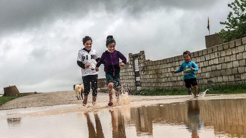 enfants qui courent dans l'eau