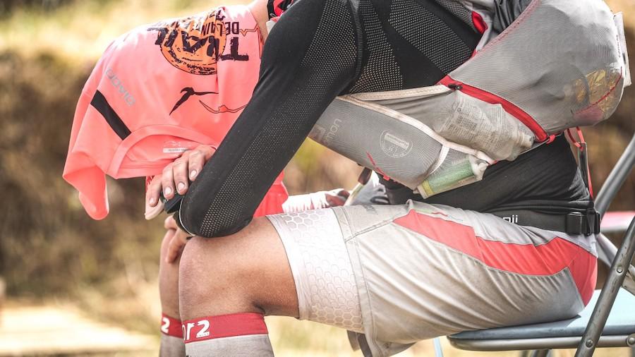 François D'Haene se protège de la chaleur lors d'un ravito sur la Diagonale des fous 2016