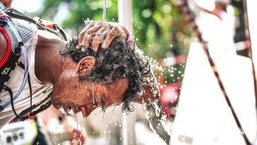 Un coureur se rafraîchit lors de la Diagonale des fous à La Réunion où les coups de chaleur sont fréquents