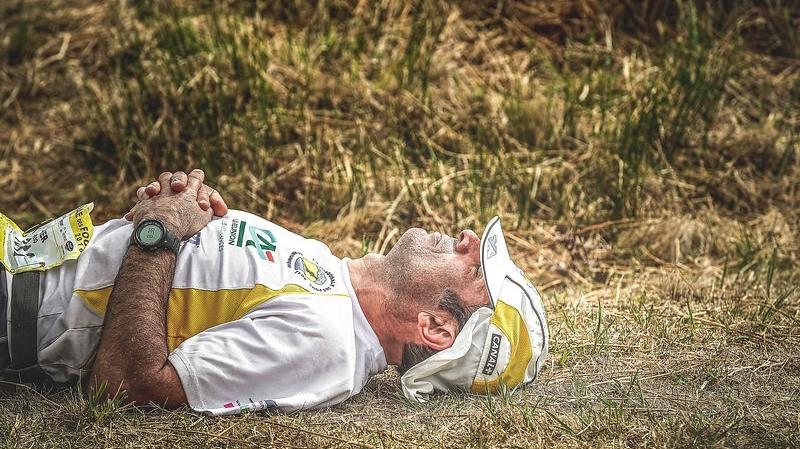 Un coureur étendu au sol